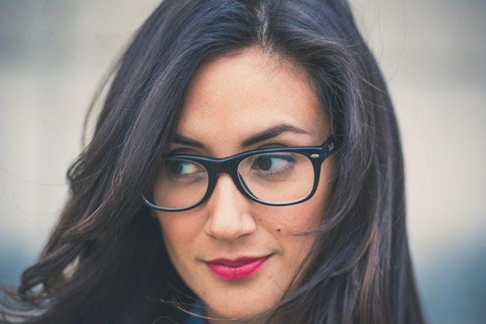 a09644dfaa 7 Consejos para maquillar ojos con gafas - Moda & Salud Visual