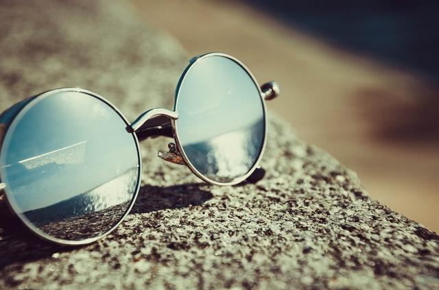 gran selección de ea63f 356d5 Cómo cuidar tus gafas de sol - Moda & Salud Visual