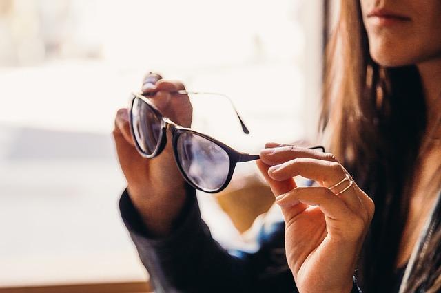 b99af71022 Cómo elegir el color de las gafas según el color del cabello - Moda ...